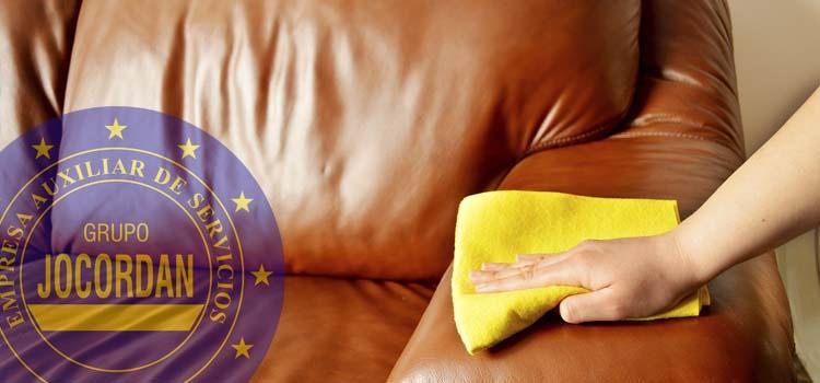 consejos para limpiar sofas de cuero