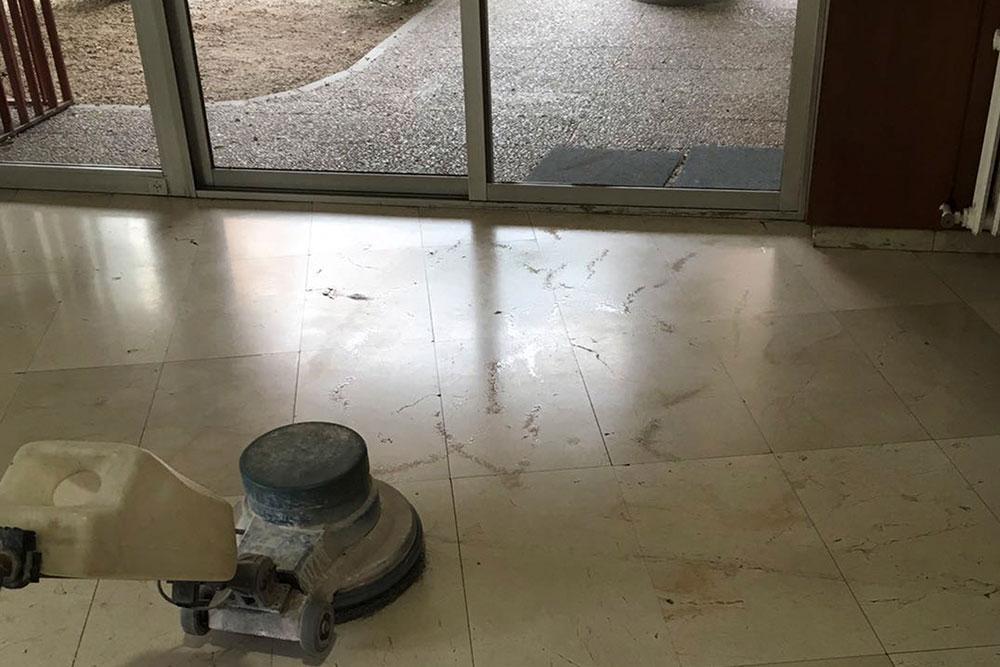 Ejemplo de pulido de suelos en portal